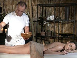 Talented masseur fucks a skinny beauty