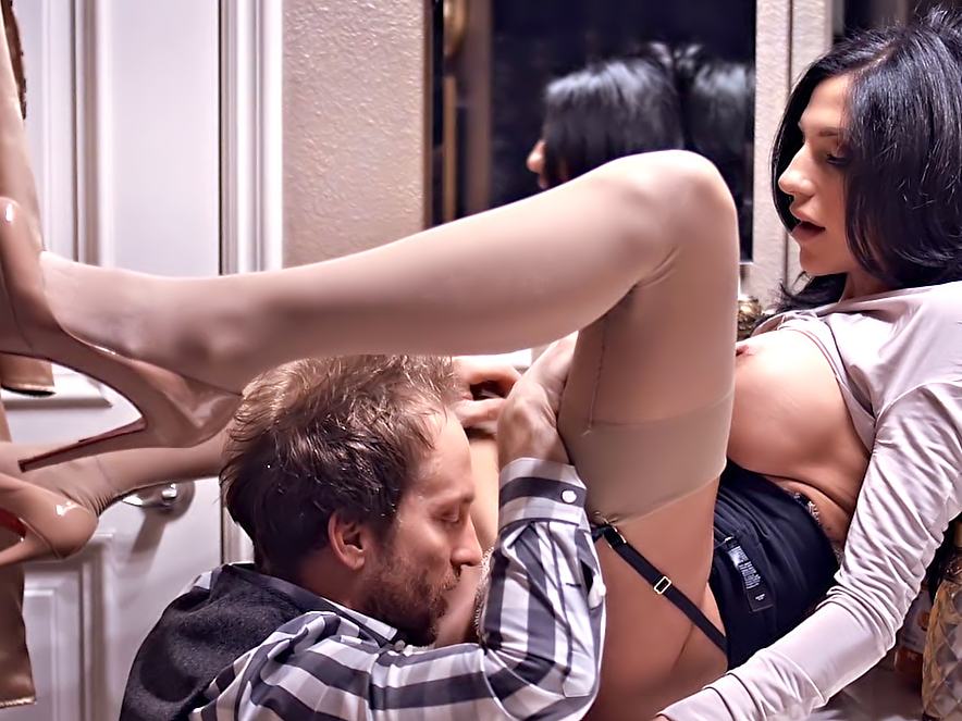 MILF Jaclyn Taylor receives cunnilingus before getting pounded against the wall.